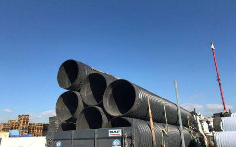 צינורות קשיחים על גבי המשאית